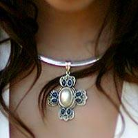 Pearl and agate choker, Symbol of a God