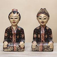 Wood batik statuettes, 'Truntum Loro Blonyo' (pair) - Indonesian Batik Wood Sculpture (Pair)