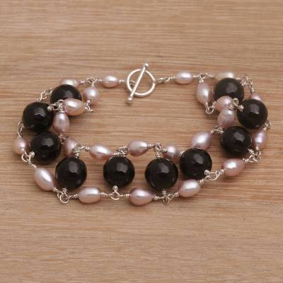 Cultured pearl and onyx beaded link bracelet, 'Classic Radiance' - Cultured Freshwater Pearl and Onyx Beaded Link Bracelet