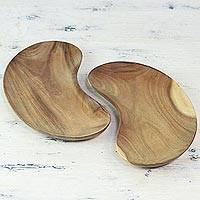 Wood platters, 'Cashew Delight' (pair) - Handmade Cashew-Shaped Acacia Wood 2 Platter Set