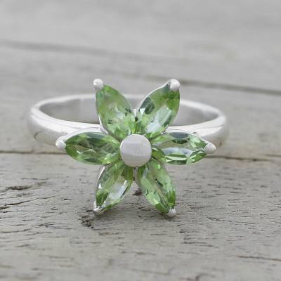 Peridot cocktail ring, 'Sparkling Daisy' - Peridot and Sterling Silver Floral Ring from India
