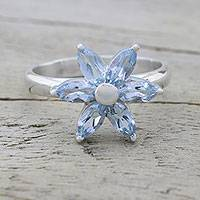 Blue topaz cocktail ring, 'Sparkling Daisy' - Blue Topaz and Sterling Silver Floral Ring from India