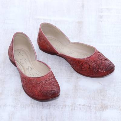 Leather jutti shoes, 'Taj Mahal Tribute' - Floral Leather Jutti Shoes in Cardinal Red from India