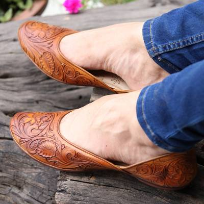 Leather jutti shoes, 'Taj Mahal Stroll' - Floral Leather Jutti Shoes in Copper from India