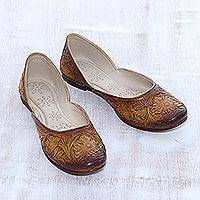 Leather jutti shoes, 'Taj Mahal Path' - Floral Leather Jutti Shoes in Ginger from India