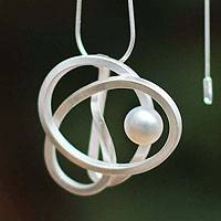 Cultured pearl pendant necklace, White Amazon Knot