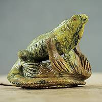 Serpentine figurine, 'Iguana under the Sun' - Realistic Iguana Figurine Hand Carved of Serpentine Stone