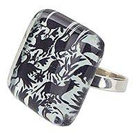 Art glass cocktail ring, 'Tenango Wonder' - Black and White Hand Crafted Art Glass Silver Cocktail Ring