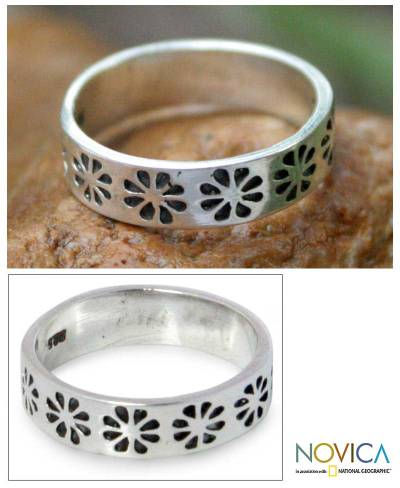 Sterling silver band ring, 'Daisy Shadow' - Handcrafted Floral Sterling Silver Band Ring