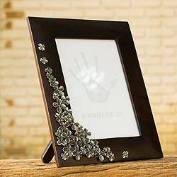 Mango wood and pewter photo frame, 'Summer Clover' (5x7) - Fair Trade Mango Wood and Pewter Photo Frame (5x7)