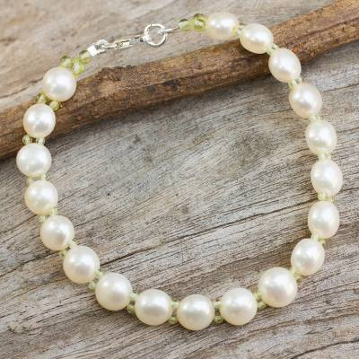 Cultured pearl and peridot beaded bracelet, 'Purest Nature' - White Pearls and Peridot Hand Crafted Bracelet from Thailand
