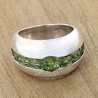 Peridot cocktail ring, 'Wink' - Silver Ring with Embedded Peridot
