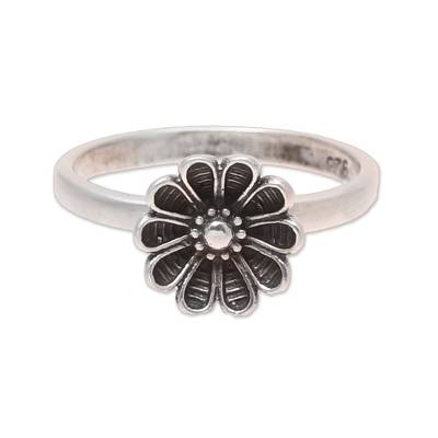 Sterling silver cocktail ring, 'Daisy Appeal' - Daisy Flower Sterling Silver Cocktail Ring from India