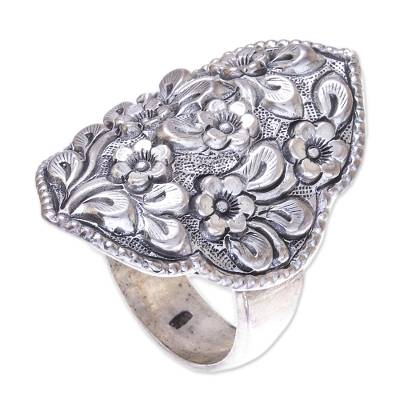 Sterling silver cocktail ring, 'Charming Daisies' - Floral Sterling Silver Cocktail Ring from Thailand