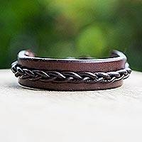 Men's leather bracelet, 'Simple Twist in Brown' - Handmade Men's Leather Bracelet with Braided Accent