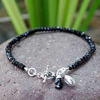 Onyx beaded bracelet, 'Hill Tribe Bloom'